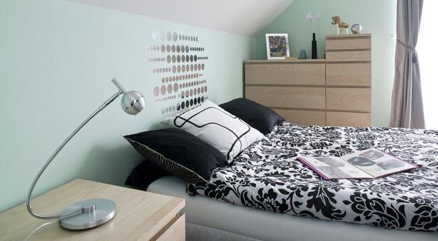Pastelowa sypialnia ze skosami