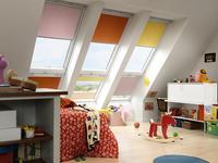 Słoneczna aranżacja pokoju dziecięcego. Pokój dziecięcy na poddaszu