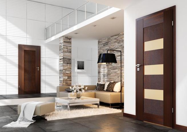 Ciemne drzwi drewniane w nowoczesnym wnętrzu