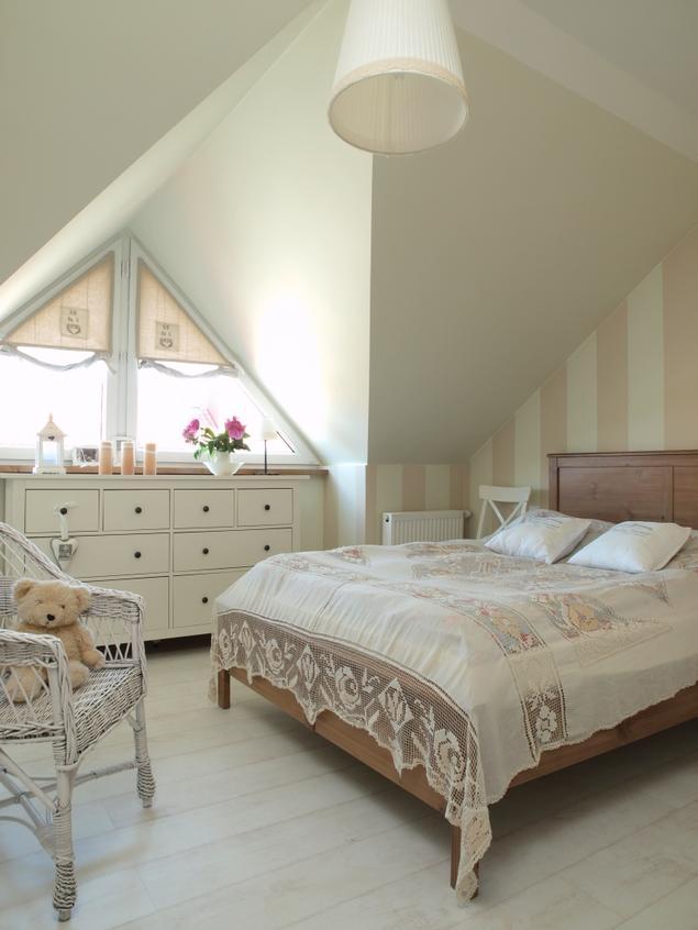 Biała sypialnia – romantyczne wnętrze
