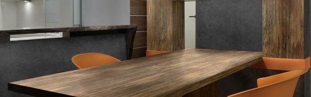 Blat kuchenny imitujący metal – pomysł na minimalistyczną i nowoczesną kuchnię w loftowym stylu